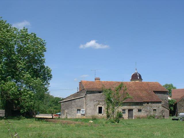 Te renoveren boerderij aan klein riviertje, Haute Saône, Frankrijk