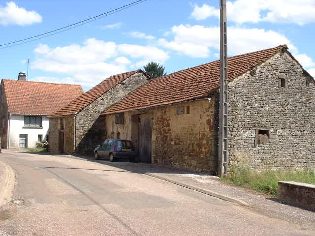 Vrijstaande oude boerderij rand dorp, Haute Marne, Frankrijk