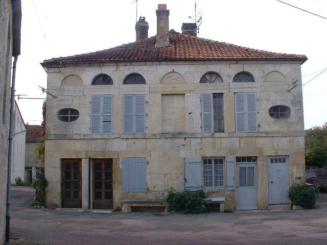 HELFT VAN ELEGANTE DORPSONING, Côte d Or, Frankrijk
