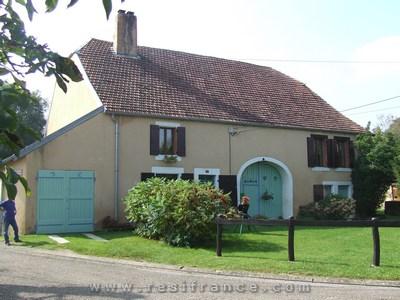 Vrijstaande boerderij aan rand dorp, Haute-Marne, Frankrijk