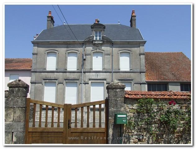 Oud schoolgebouw met voor en achtertuin, Haute-Marne, Frankrijk
