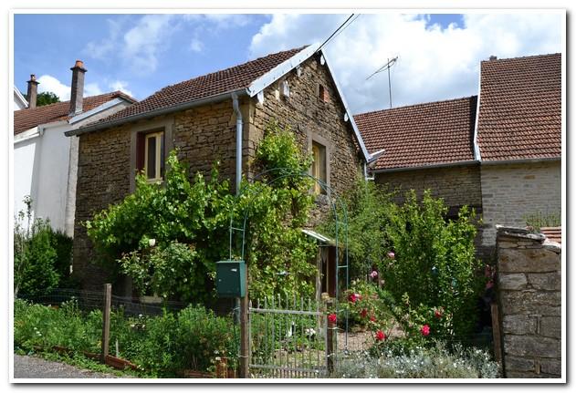 Rustig gelegen dorpswoning met mooie tuin en extra terrein, Haute-Saone, Frankrijk