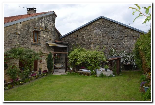 Grote dorpsboerderij met mooi stuk land en uitzicht, Haute-Marne, Frankrijk
