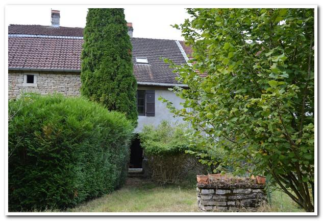 Dorpswoning met diepe tuin, grenzend aan rivier, Haute-Saone, Frankrijk