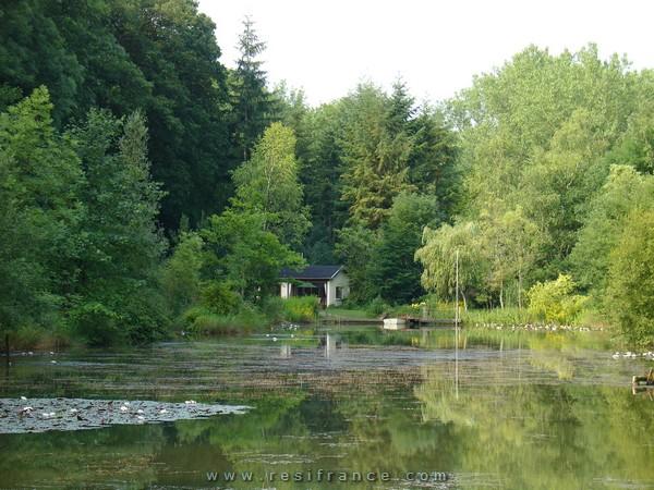 Schitterend meertje met klein recreatiehuisje, Haute-Marne, Frankrijk